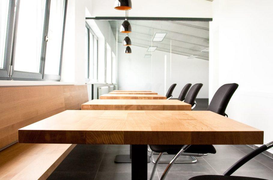 Holzmöbel für Besprechungsräume oder Kantinen