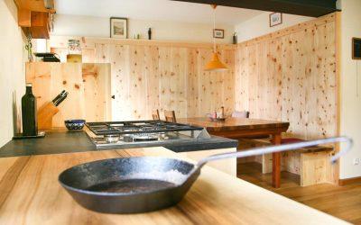 Eine handwerklich außergewöhnliche Küche, aus Massivholz und Naturstein.