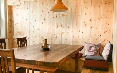 """Die """"gute Stube"""" alpenländisch, mit dem Holz der Zirbelkiefer vertäfelt."""